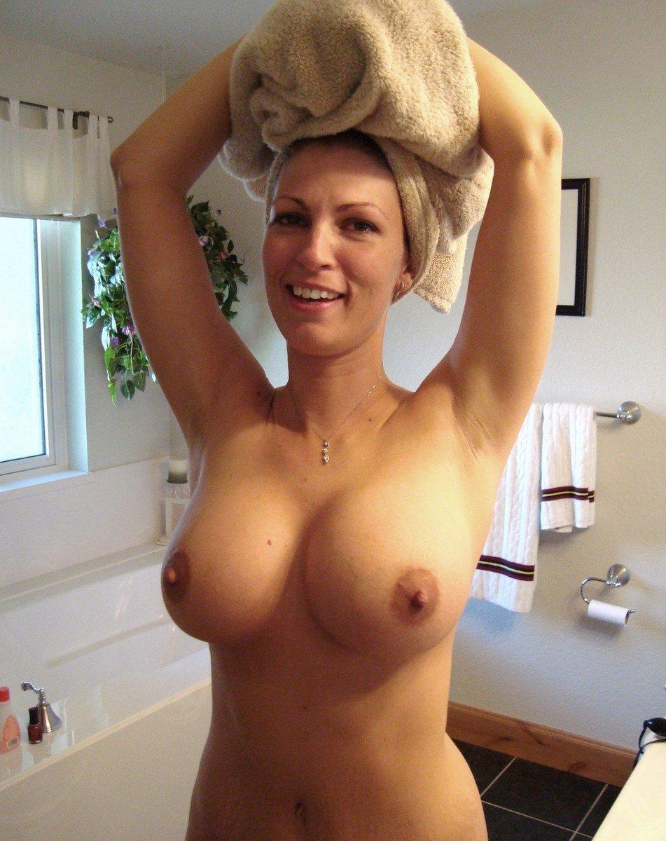 Amatrices aux gros seins naturels dans leur salle de bain