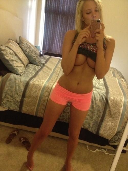 Belles blondes aux gros seins qui se prennent en photos