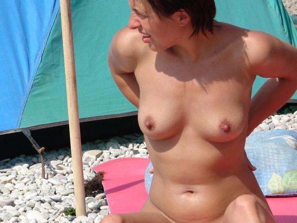 Après les chattes poilues sur la plage, c'est le tour des chattes rasées !