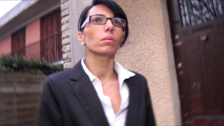 Une coquine brune à lunettes qui sait y faire pour vendre…