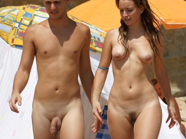 Couples de nudistes en vacances
