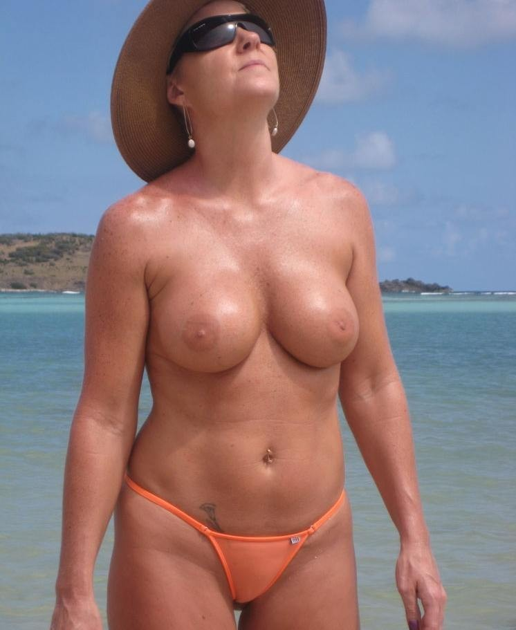 femme topless plage (12)
