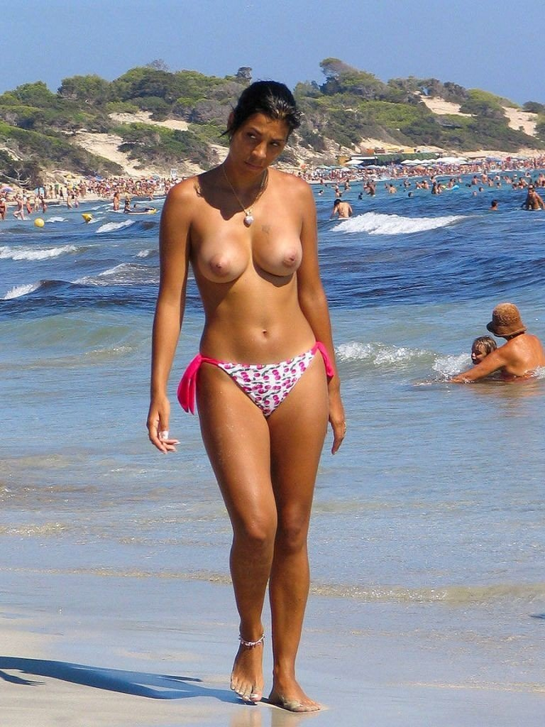 femme topless plage (14)