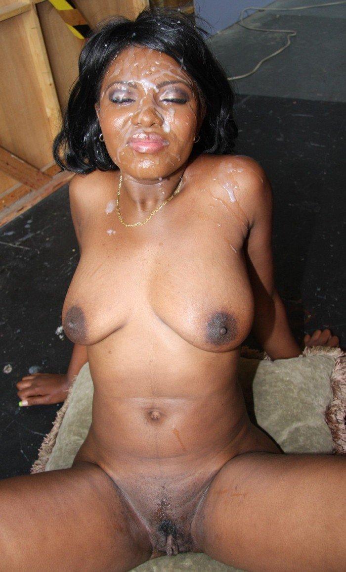 Elle lèche le sperme sur lanus de sa copine  video porno