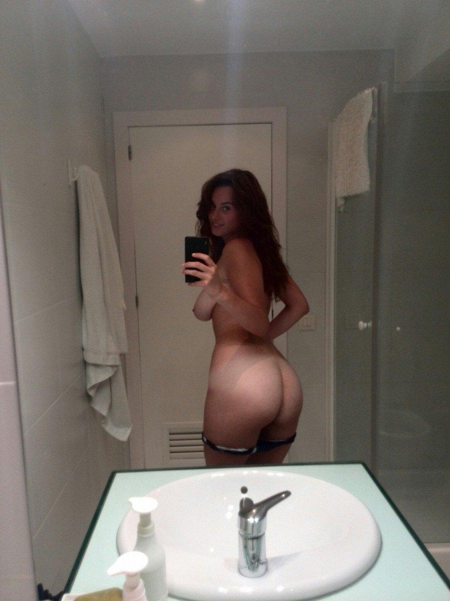 Fille qui danse dans la salle de bain