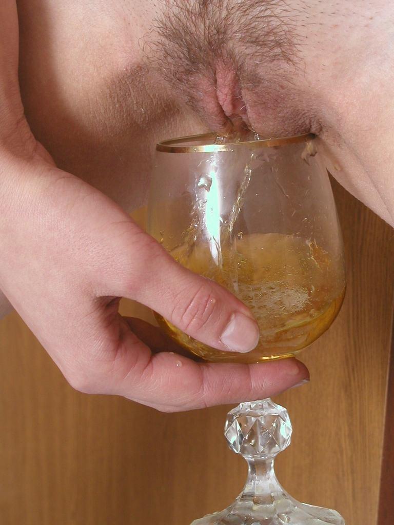 Gros plans sur des femmes qui font pipi dans un verre