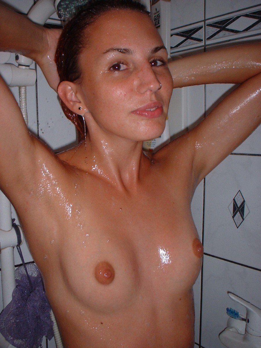 jolie brune petits seins (1)