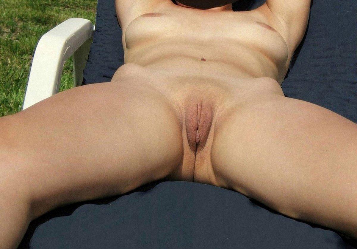 Moi nue dans le jardin l'été dernier