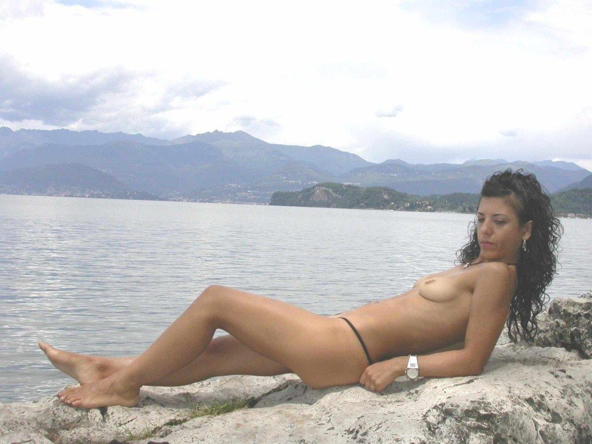 femme petits seins branlette à la plage