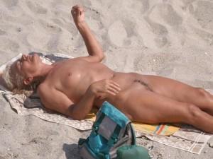 Femmes mûres aux petits seins sur la plage