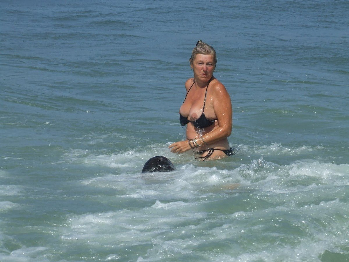 seins depassent bikini (10)