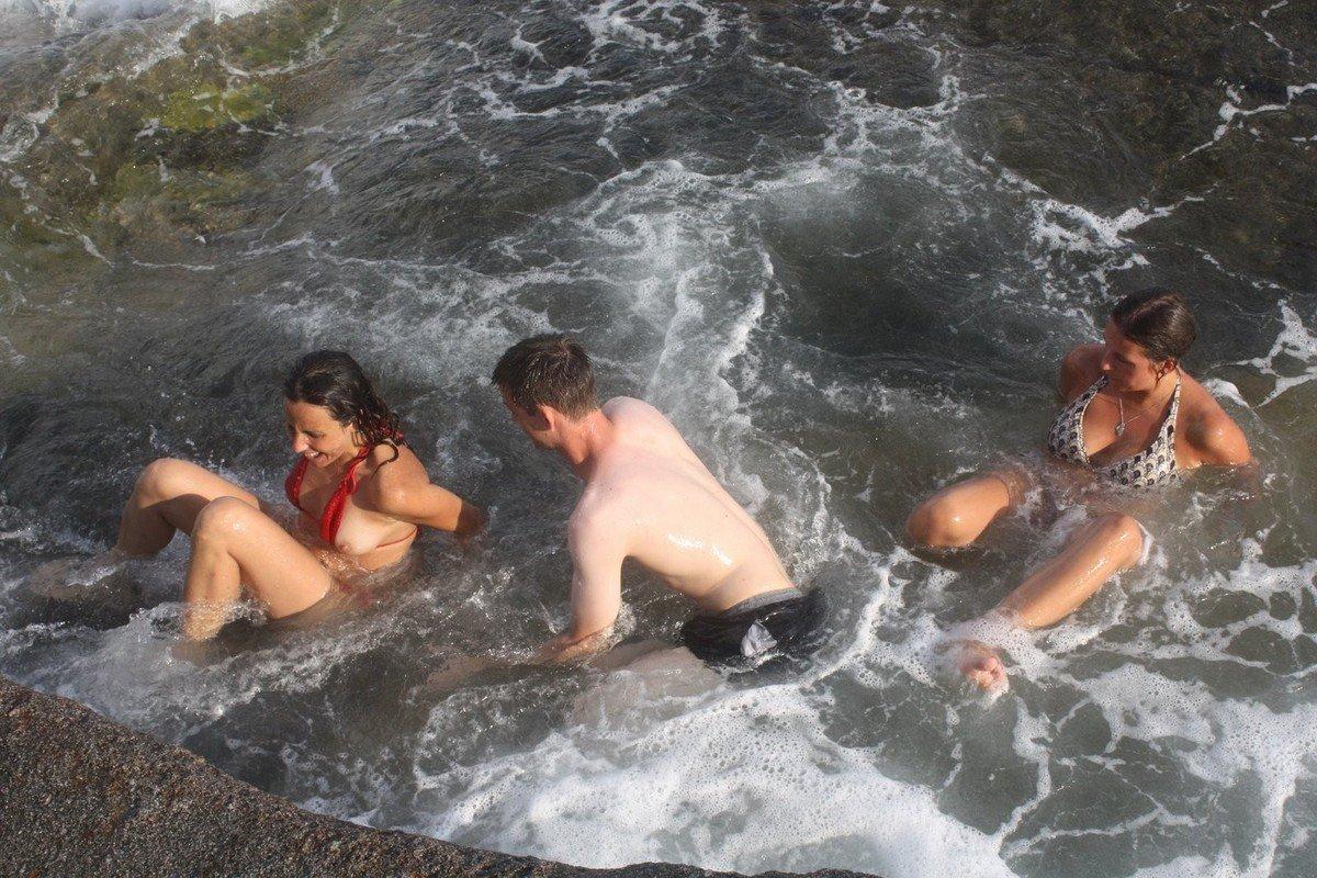 seins depassent bikini (5)