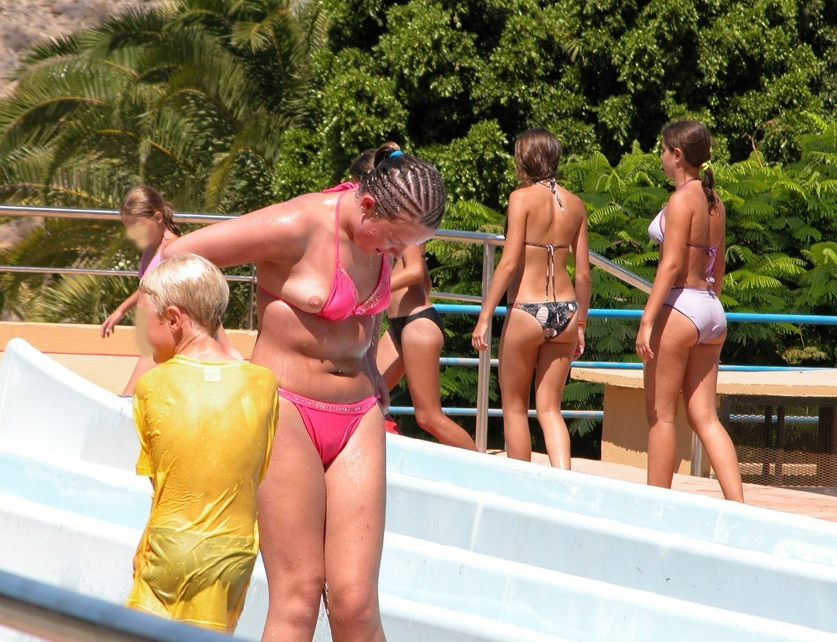 seins depassent bikini (6)