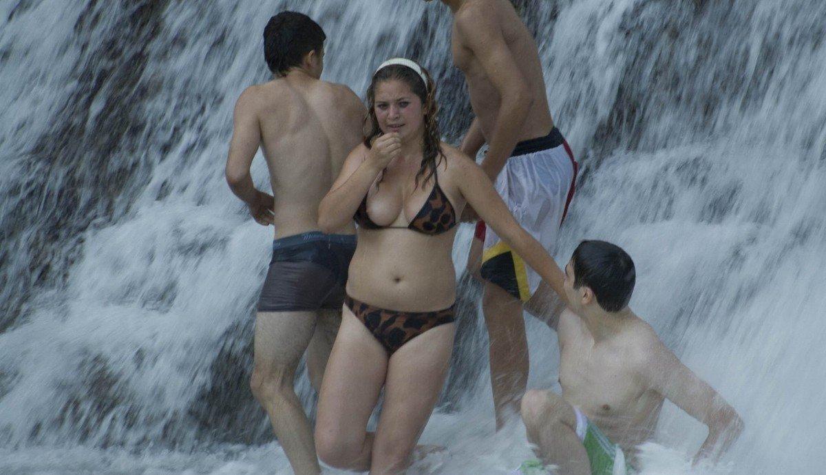 seins depassent bikini (9)