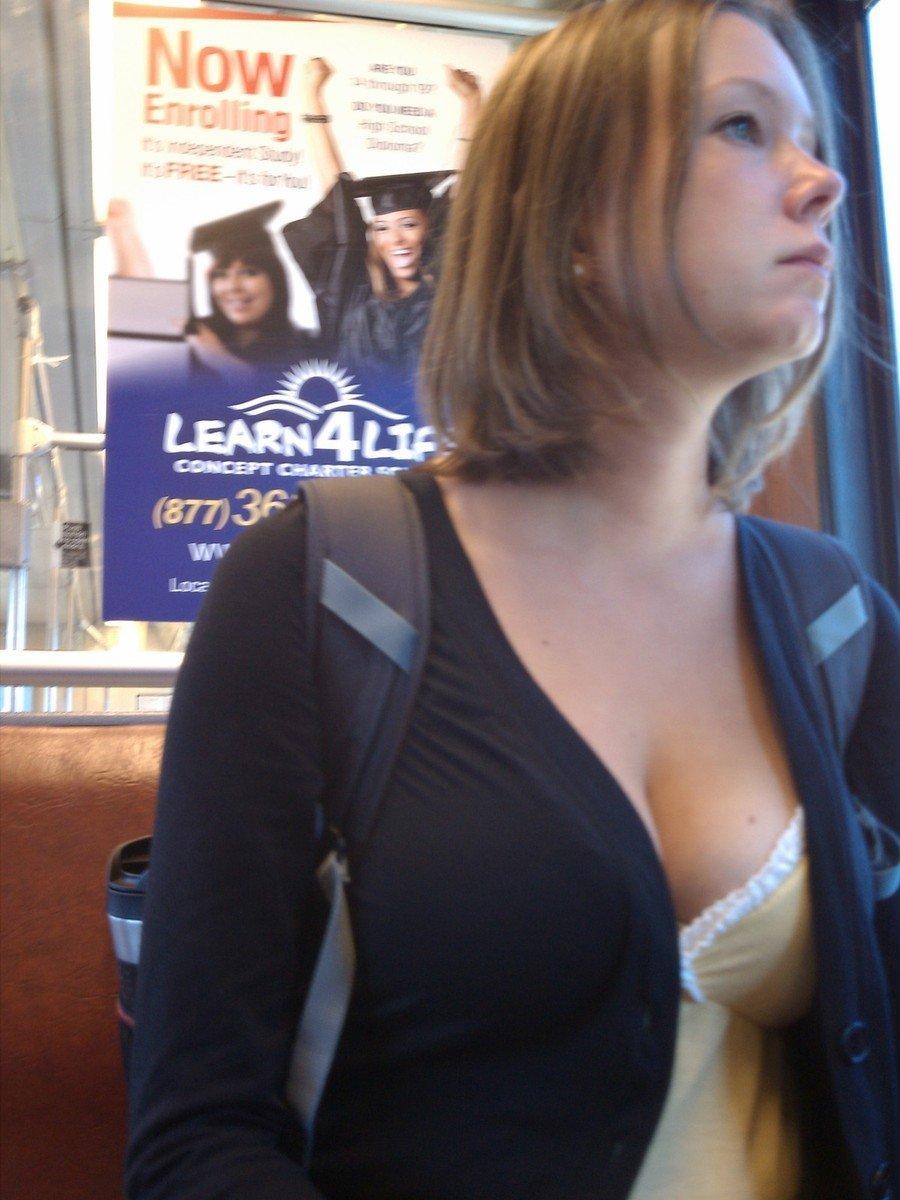 Un voyeur qui aime les gros seins d'étudiantes