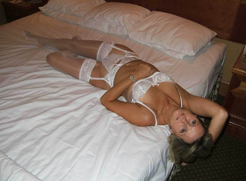 Jolies amatrices coquines en bas blanc sexy - 4plaisir.com