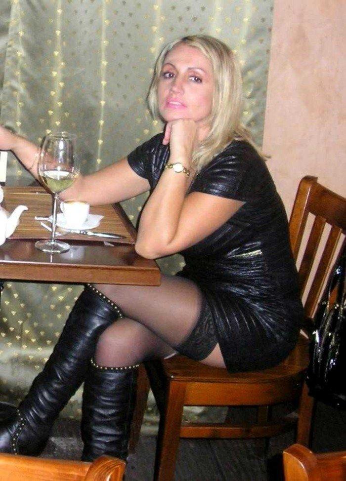 Blonde pulpeuse en bottes de cuir se fait prendre sur le lit - 1 part 7