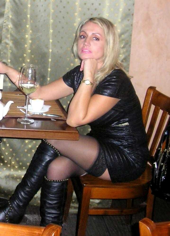 Blonde pulpeuse en bottes de cuir se fait prendre sur le lit - 2 1