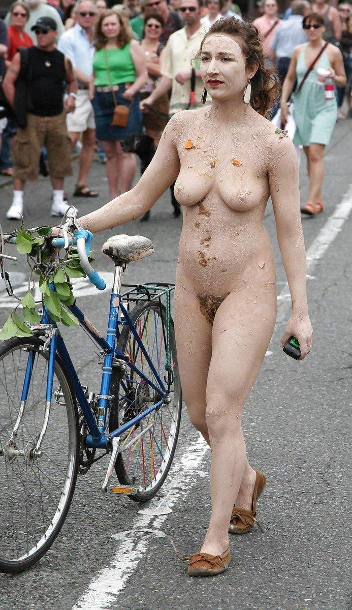 64 Photos de cyclistes nues sur leur vlo pour le solstice