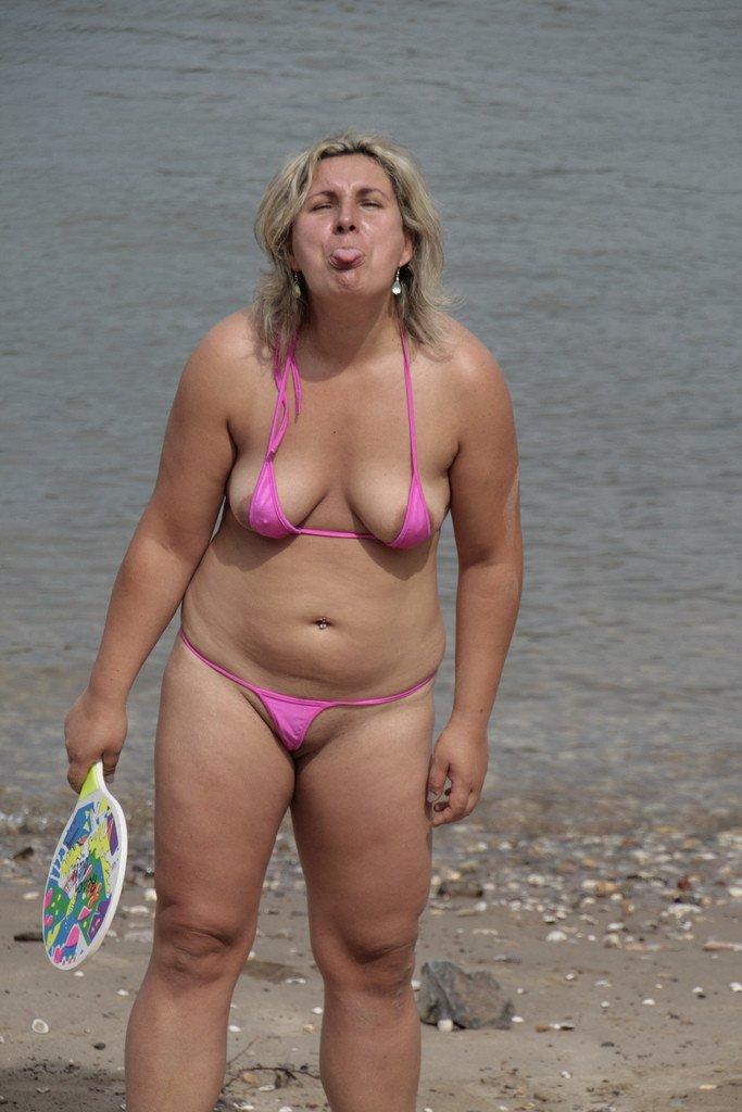 Belle maman baise une jeune salope en bikini - Sexe mature