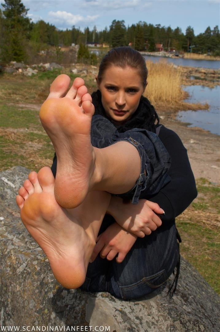 Les pieds sexy d'une coquine plutôt bonasse