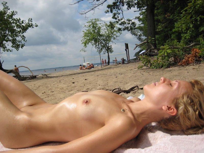 En vacances, les petits seins sont de sorties !