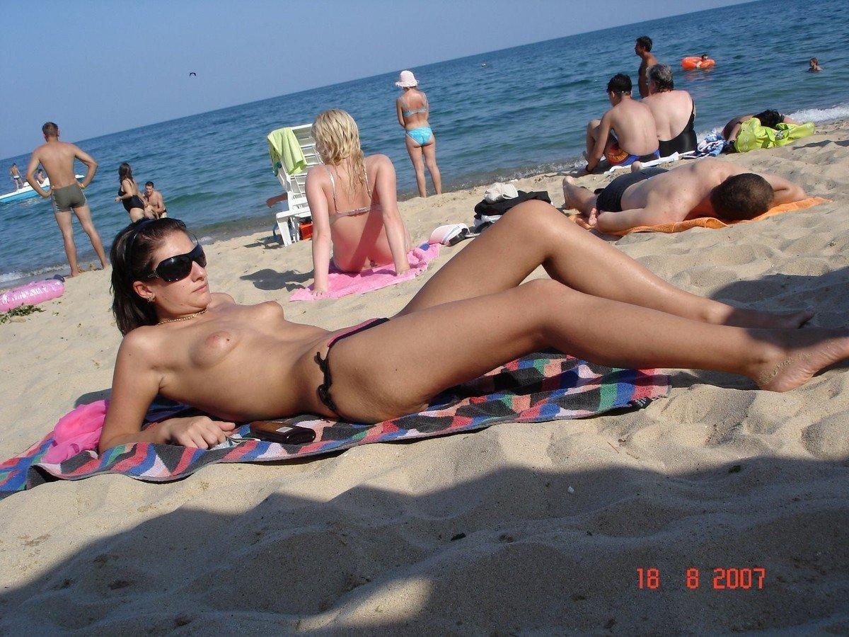 Sucer des bites sur la plage par naomi1 - 3 part 1