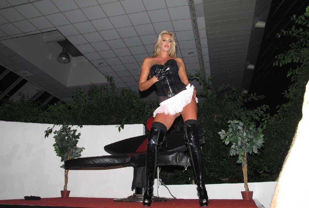 Amatrices blondes coquines en bottes noires