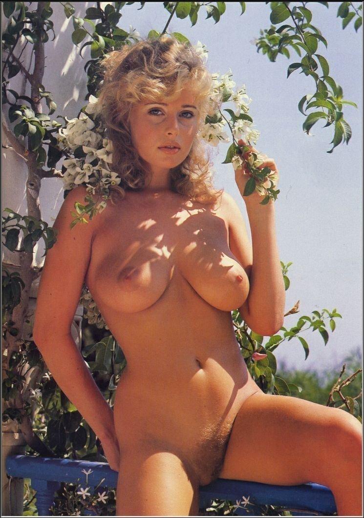 femme blonde seins (1)