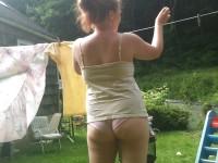 Femme en culotte dans le jardin