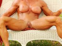 Femmes musclées avec un gros clitoris