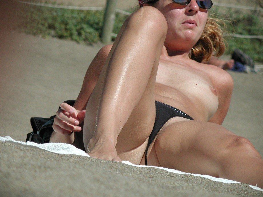 cochonne en string sexy a la plage