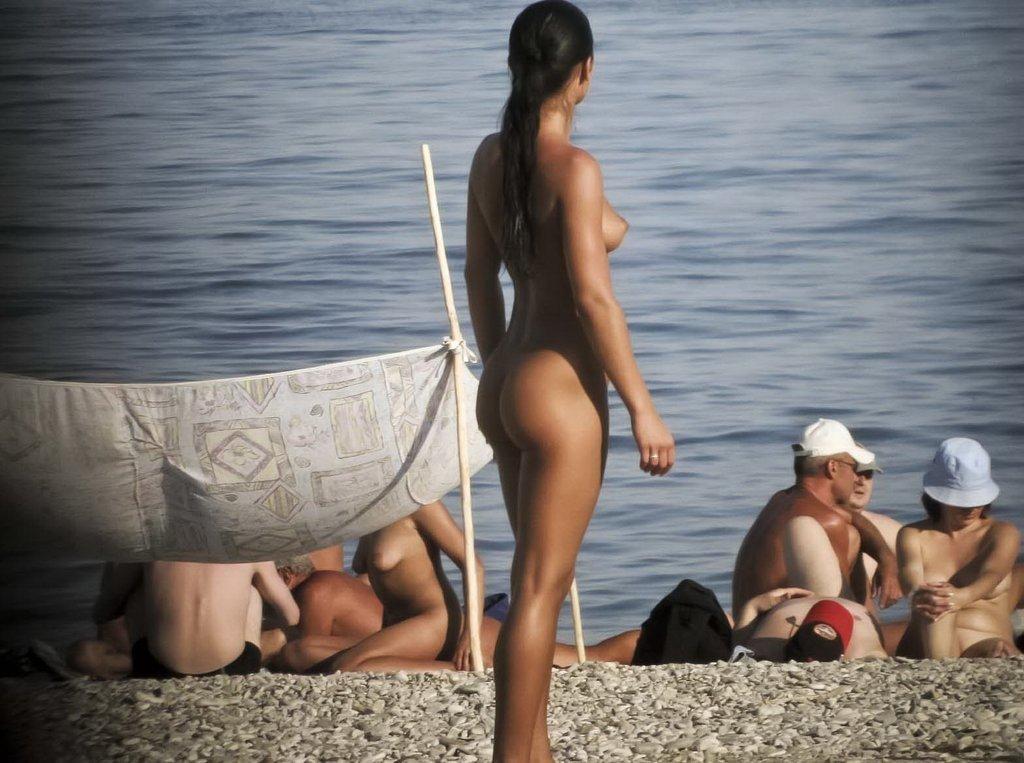 fille brune nue plage (5)