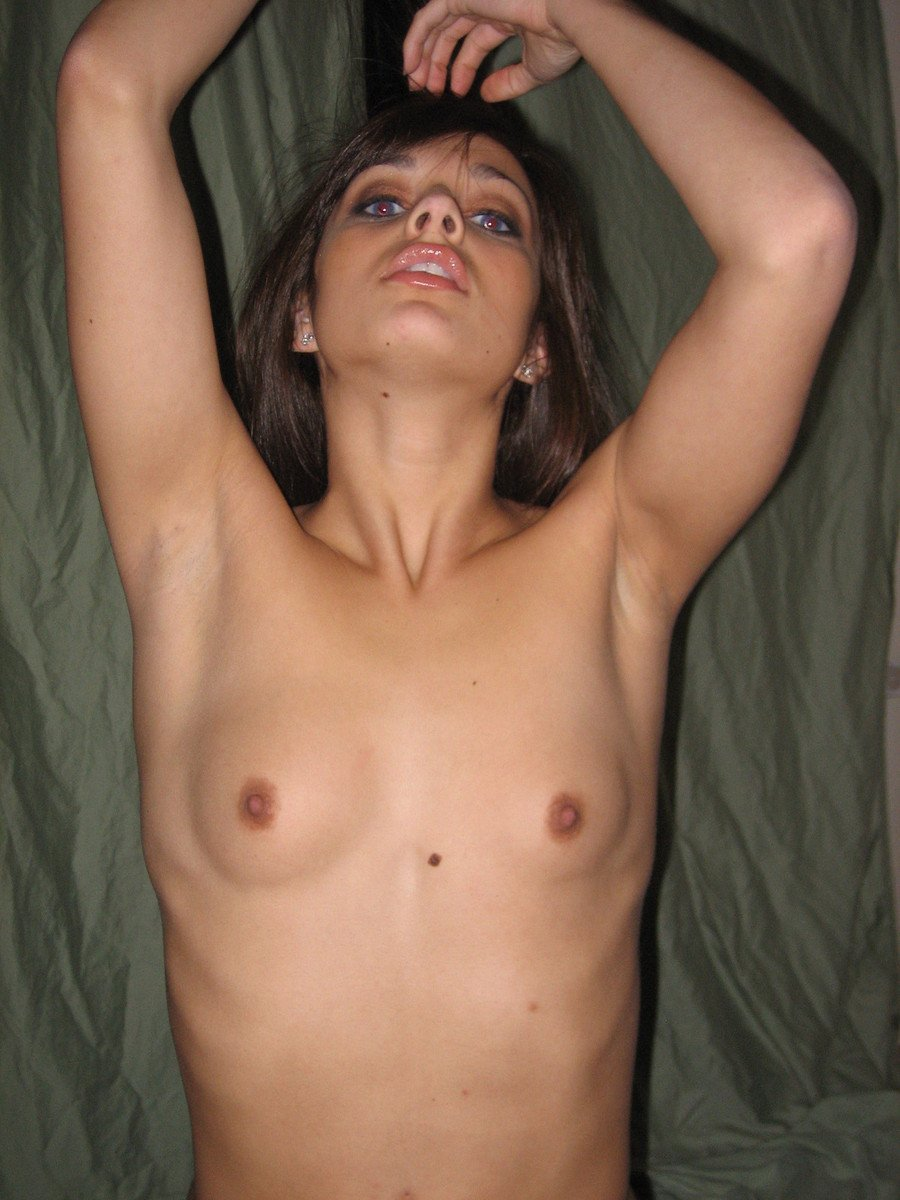 fille brune petits seins (19)