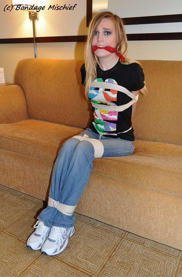 fille ligotee baillonnee (6)