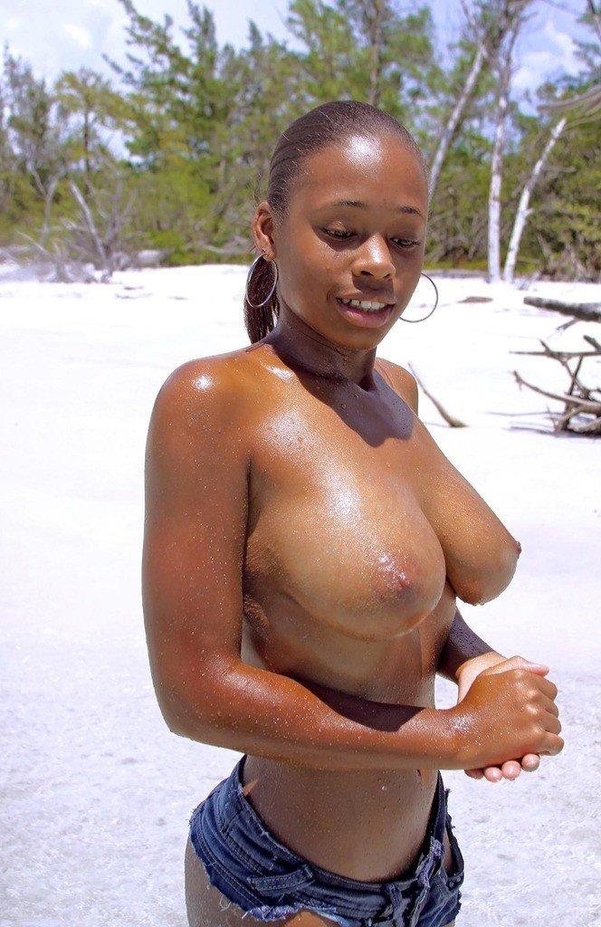Un voyeur filme une jeune femme avec des gros seins sur la