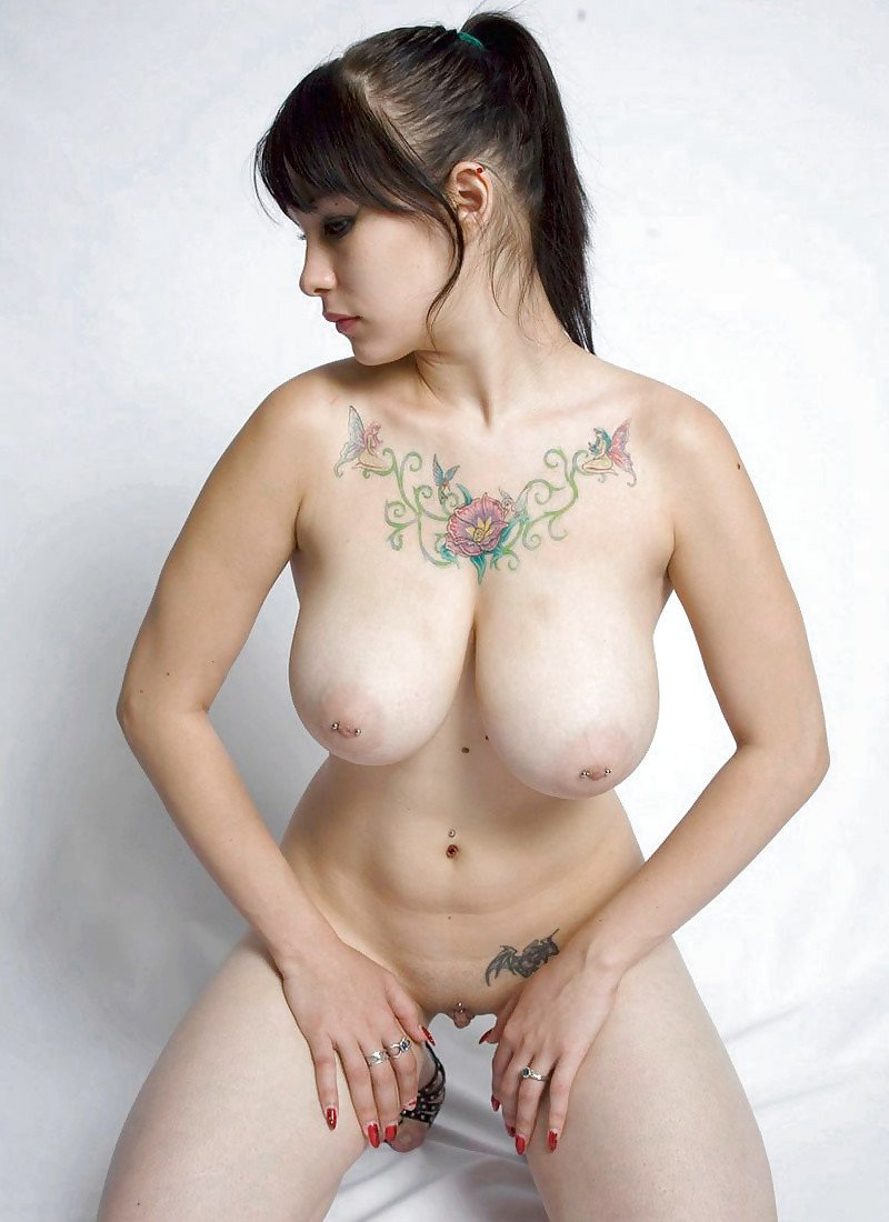 Jeune avec des gros seins sous la douche