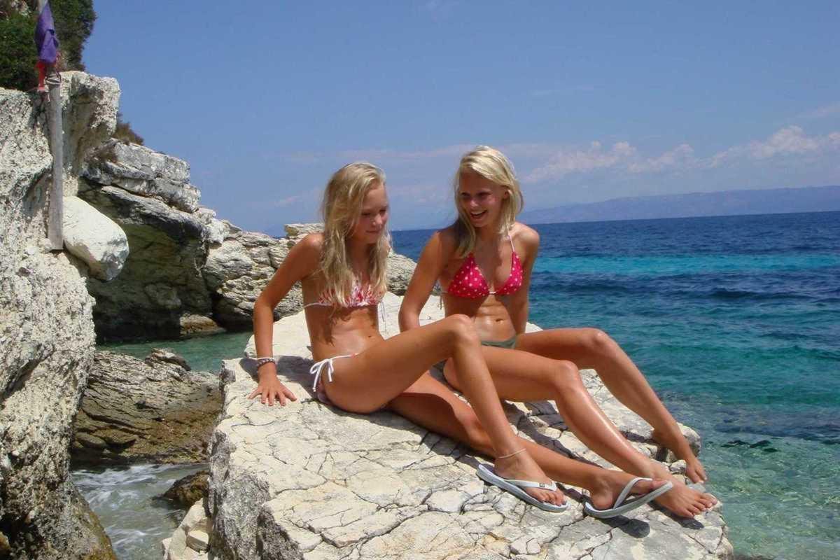 Duo de jeunes femmes en maillot de bain hyper bandant