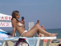 Femmes topless en vacances à la plage