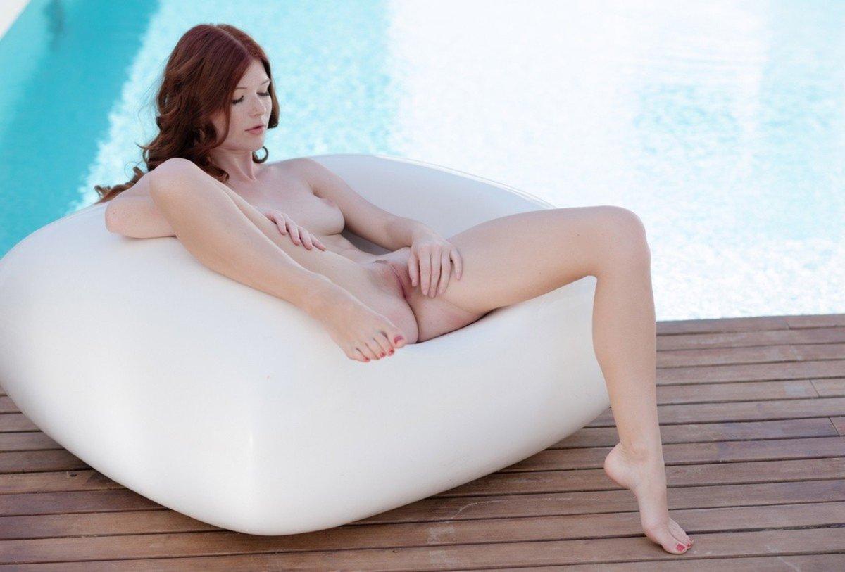 Vraie rousse sexy qui s'exhibe au bord de la piscine