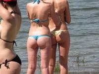 Vue par derrière de filles en string bikini !