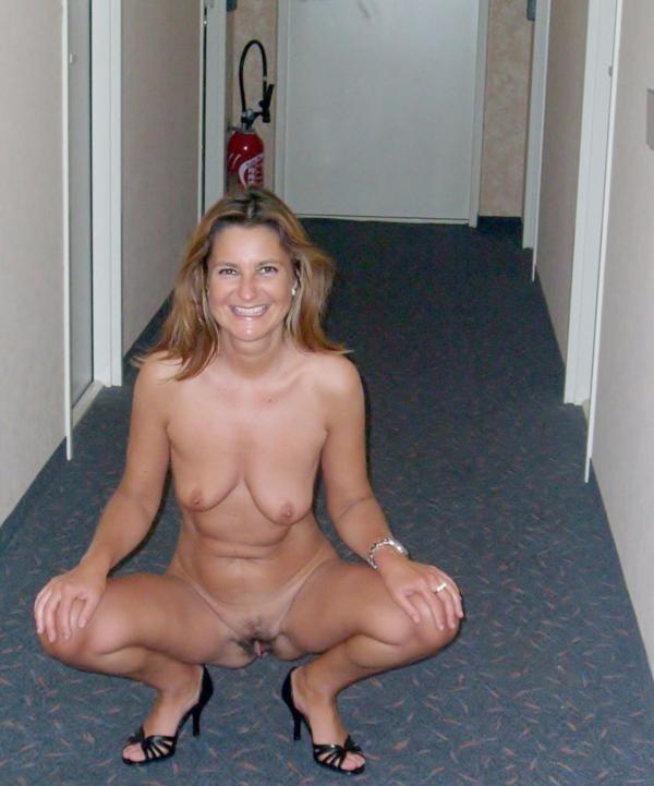 amatrice nue couloir hotel (7)