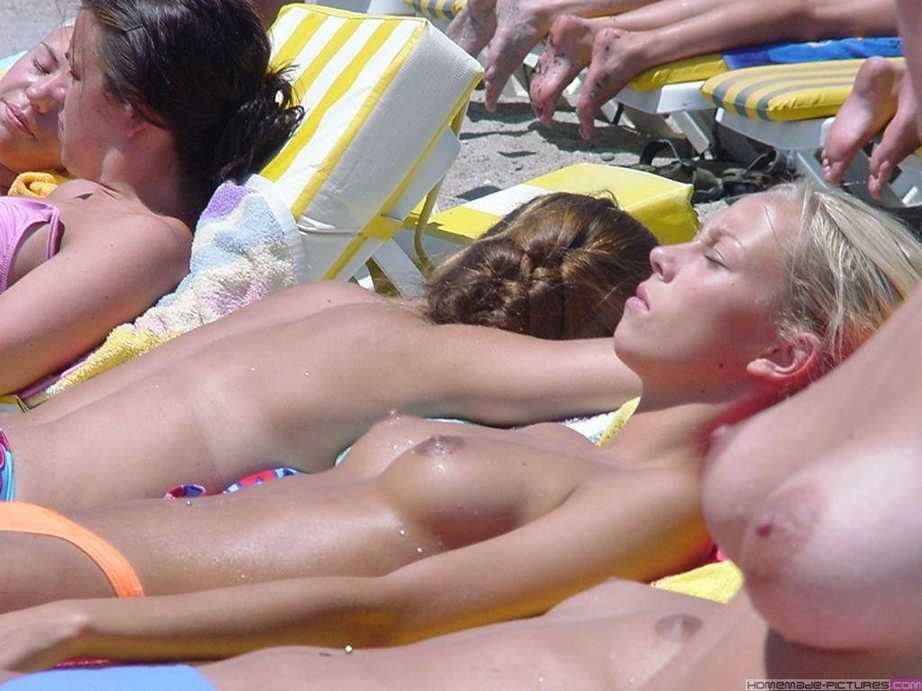 blonde plage topless (1)