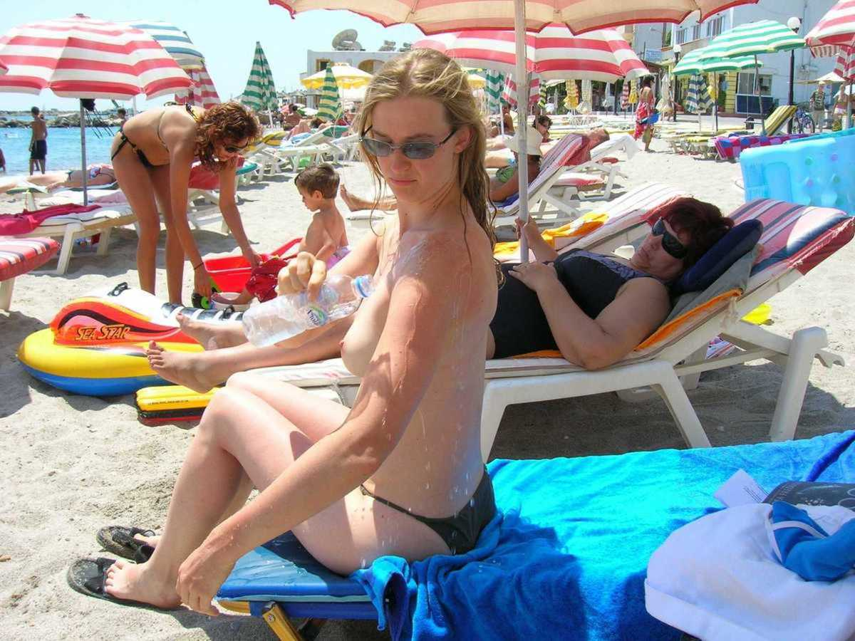 blonde plage topless (10)