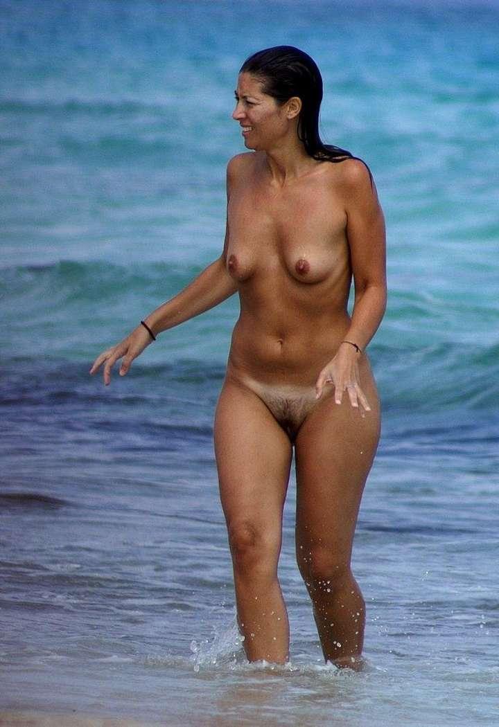 femme brune nue plage (18)