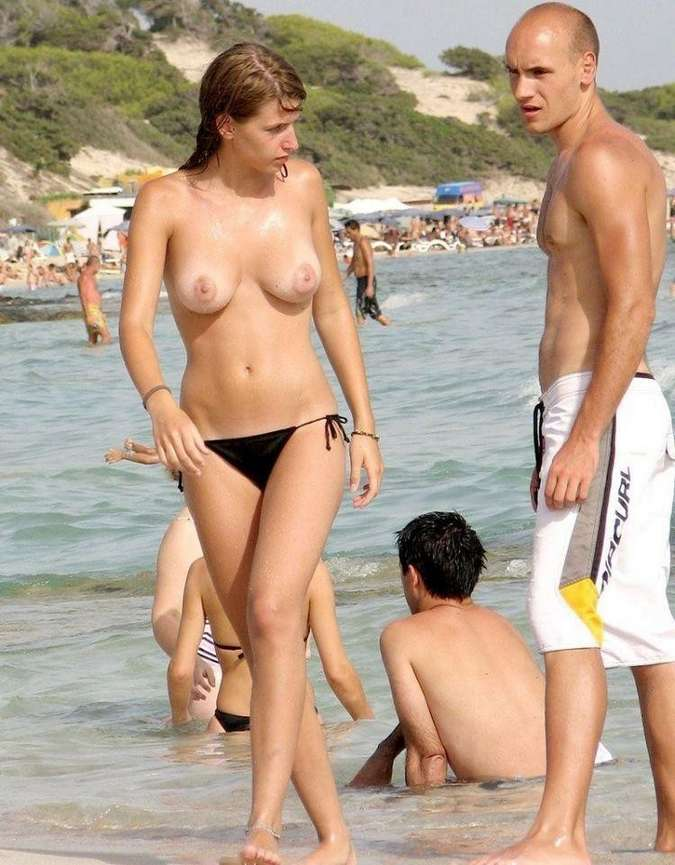 fille topless plage (14)