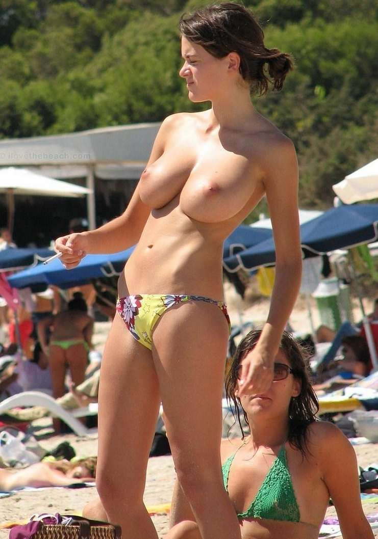 fille topless plage (5)