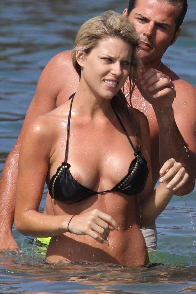Un vrai plaisir de mater ces tétons qui sortent du bikini ;)