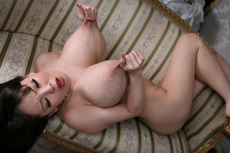 Belle fille asiatique avec des énormes seins
