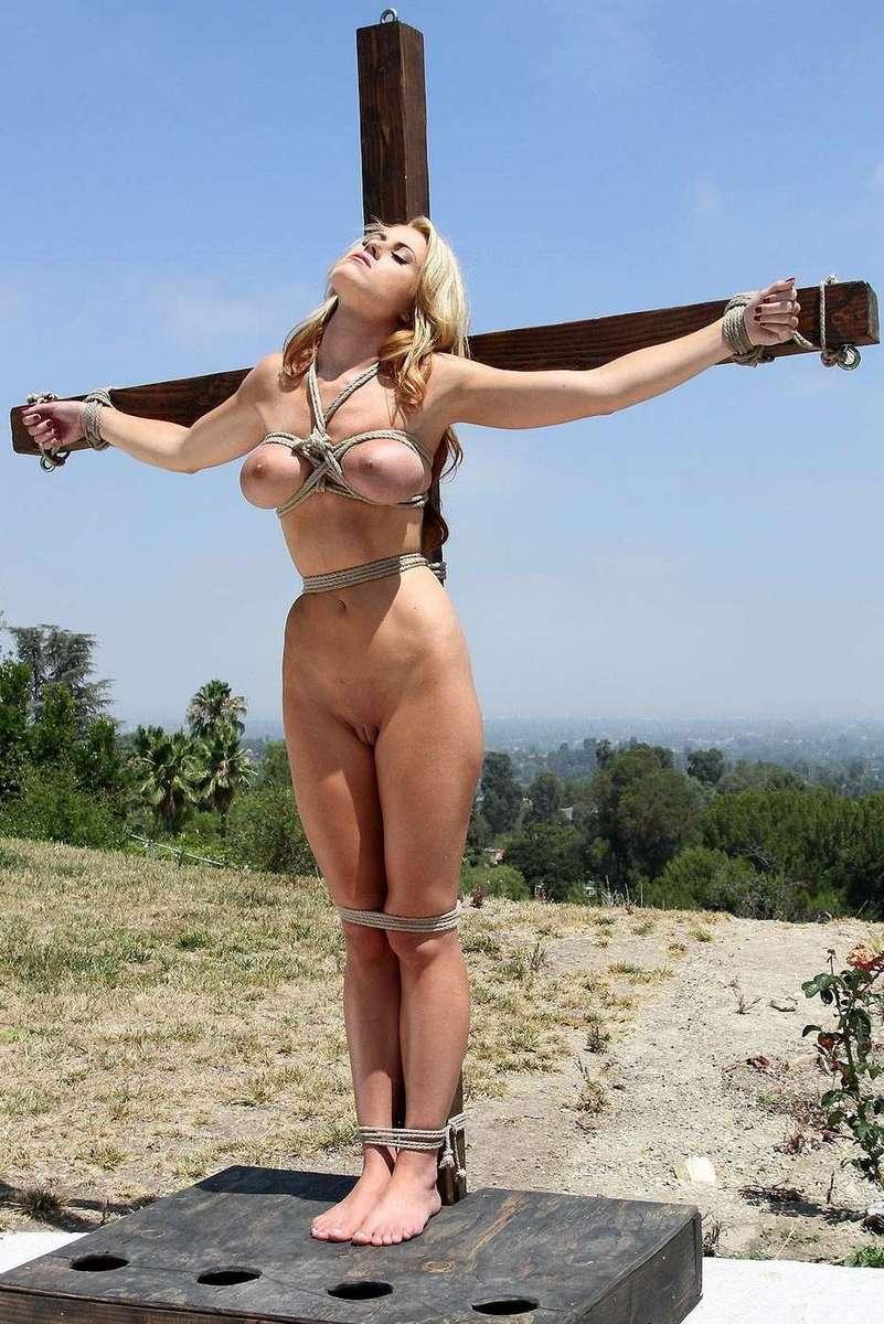 blonde gros seins crucifiee (10)